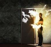 Puerta de abertura joven del hombre de negocios Fotografía de archivo libre de regalías