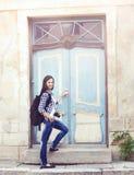 Puerta de abertura turística femenina joven atractiva a un parador Imagen de archivo libre de regalías