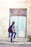 Puerta de abertura turística femenina joven atractiva a un parador Fotos de archivo