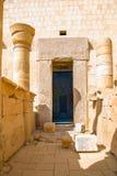 Puerta de acceso al santuario del Amon en el templo en honor de t fotografía de archivo