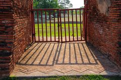 Puerta de acero con las paredes de ladrillo Imagen de archivo libre de regalías