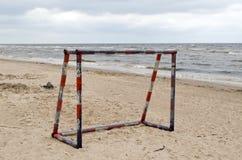 Puerta de acero de la meta del fútbol del metal en arena de mar Imagen de archivo libre de regalías
