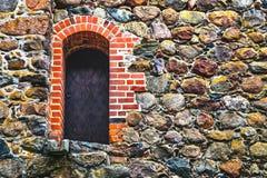 Puerta de acero en la pared de piedra fotografía de archivo