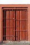 Puerta de acero de la diapositiva antigua cerrada Old style of close red steel door Fotos de archivo libres de regalías