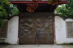 Puerta de acero oxidada del edificio tradicional chino envejecido imágenes de archivo libres de regalías