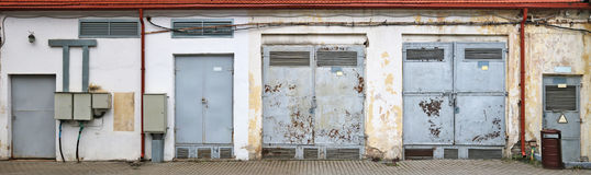 Puerta de acero oxidada del vinage de transformadores eléctricos fotografía de archivo libre de regalías