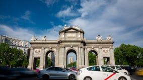 Puerta de Alcala dans la temps-faute de Madrid autour du cercle de trafic banque de vidéos