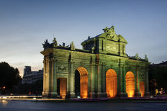Puerta de Alcala (den Alcala porten) i Madrid, Spanien Royaltyfria Bilder