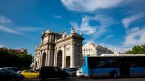 Puerta de Alcala profil i Time-schackningsperiod runt om rondell lager videofilmer