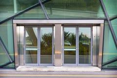 Puerta de Aluminuim y vidrio de la transparencia , Puerta de la entrada Imágenes de archivo libres de regalías