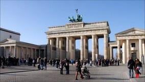 Puerta de Berlín Brandenburgo almacen de metraje de vídeo