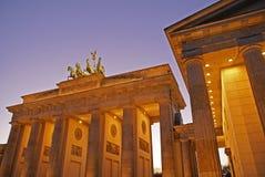 Puerta de Berlín Brandenburgo en el nig Foto de archivo libre de regalías