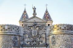 Puerta de Bisagra con el escudo de armas en la ciudad imperial de Toledo Imagenes de archivo
