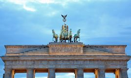 Puerta de Brandeburgo de Berlin Symbol con la cuadriga con el caballo cuatro Imágenes de archivo libres de regalías