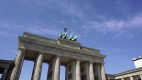 Puerta de Brandeburgo contra el cielo azul, Berlín almacen de video