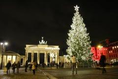 Puerta de Brandeburgo del árbol de navidad Foto de archivo libre de regalías