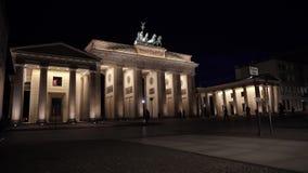 Puerta de Brandeburgo en las luces de la noche, Berlín, Alemania almacen de metraje de vídeo