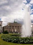 Puerta de Brandeburgo (Tor de Brandenburger) en Berlín imagenes de archivo