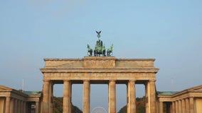 Puerta de Brandeburgo (Tor de Brandenburger) en Berlín, Alemania almacen de metraje de vídeo