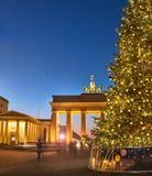 Puerta de Brandenburger en Berlín con el árbol de navidad en la noche Imagen de archivo