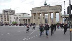 Puerta de Brandenburgo en Berlín, Alemania almacen de metraje de vídeo
