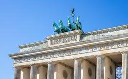 Puerta de Brandenburgo en Berlín Símbolo histórico en Alemania Fondo claro de cielo azul fotografía de archivo
