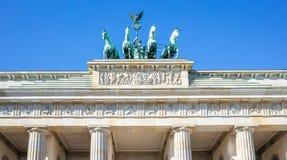 Puerta de Brandenburgo en Berlín Símbolo histórico en Alemania Fondo claro de cielo azul fotos de archivo