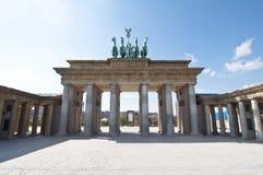 Puerta de Brandenburgo en escala en el parque del Europa, Madrid fotos de archivo
