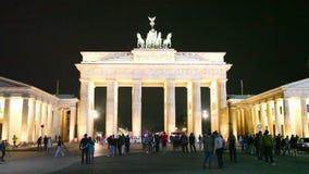 Puerta de Brandenburgo en la noche almacen de metraje de vídeo