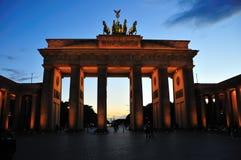 Puerta de Brandenburgo en la oscuridad Imágenes de archivo libres de regalías