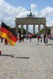 Puerta de Branderburg con la bandera alemana fotografía de archivo libre de regalías