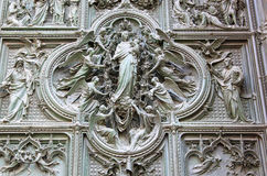 Puerta de bronce de Milan Cathedral, Italia imágenes de archivo libres de regalías