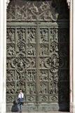 Puerta de bronce del detalle de la catedral de Milán Imágenes de archivo libres de regalías