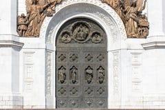 Puerta de bronce vieja en el templo Las altas puertas del templo, el arco encima de las figuras de bronce de ángeles imagenes de archivo