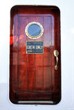 Puerta de cabina realizada por la caoba Foto de archivo libre de regalías