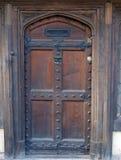 Puerta de calle de madera inglesa vieja Fotos de archivo libres de regalías