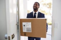 Puerta de Carrying Box Opening del hombre de negocios que vuelve a casa de trabajo fotografía de archivo libre de regalías