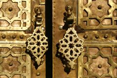 Puerta de cobre amarillo con doorknockers. Marrakesh, Marruecos Imagen de archivo