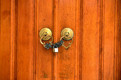 Puerta de cobre amarillo con el golpeador de puerta Estambul Turquía Foto de archivo libre de regalías