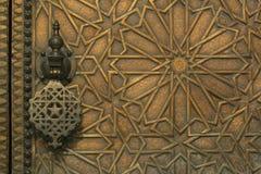 Puerta de cobre amarillo tallada intrincada en Marruecos foto de archivo libre de regalías