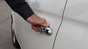 Puerta de coche blanca de apertura de la mano metrajes