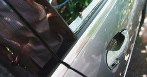 Puerta de coche de la abertura del hombre almacen de video
