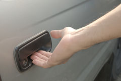 Puerta de coche masculina de la abertura de la mano del exterior Imágenes de archivo libres de regalías