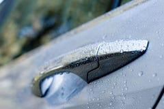Puerta de coche mojada Imagenes de archivo