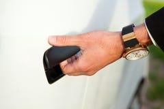 Puerta de coche opeing de la mano Imagen de archivo libre de regalías