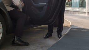 Puerta de coche orientada al cliente de la abertura del portero para la huésped metrajes