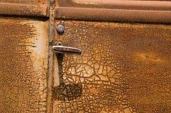Puerta de coche vieja oxidada Fotos de archivo libres de regalías
