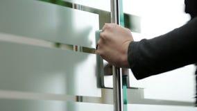 Puerta de cristal de apertura de la mujer a la oficina metrajes