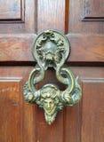 Puerta de Drácula de la manija del oscilación del castillo en Transilvania Rumania fotografía de archivo libre de regalías