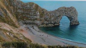 Puerta de Durdle - una señal famosa en la costa de Devon cerca de Dorset almacen de video